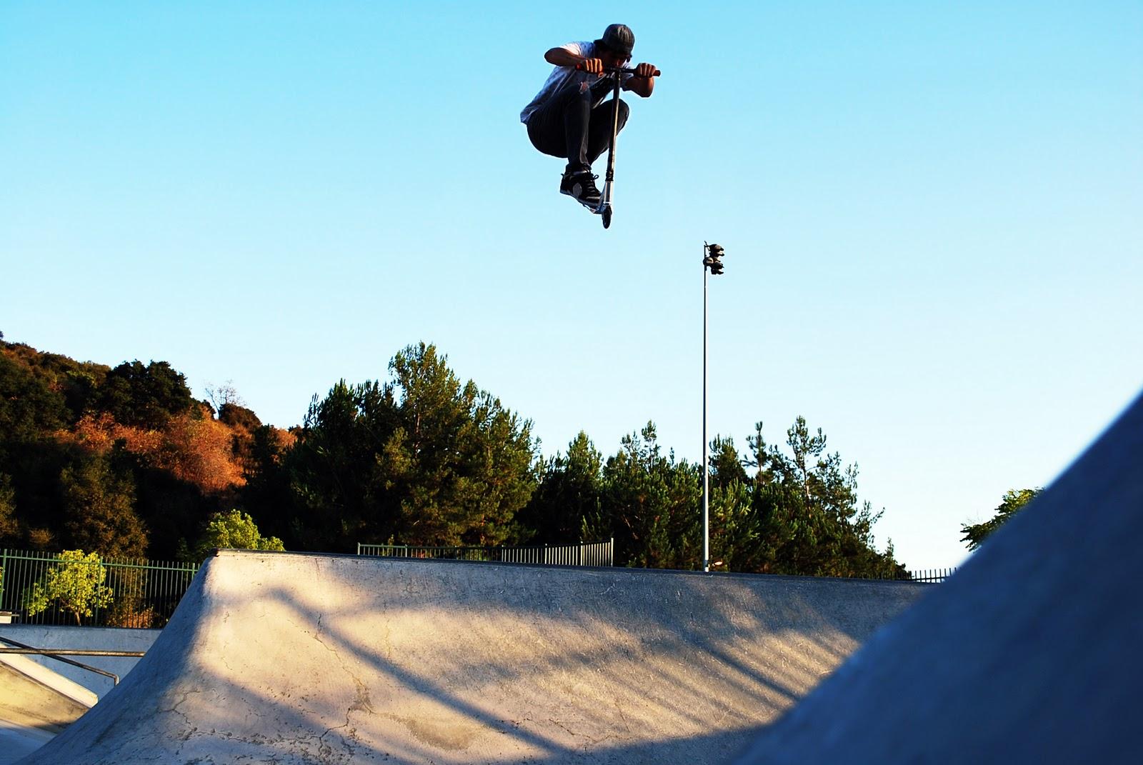 Un trotirdier en plein trick au skatepark