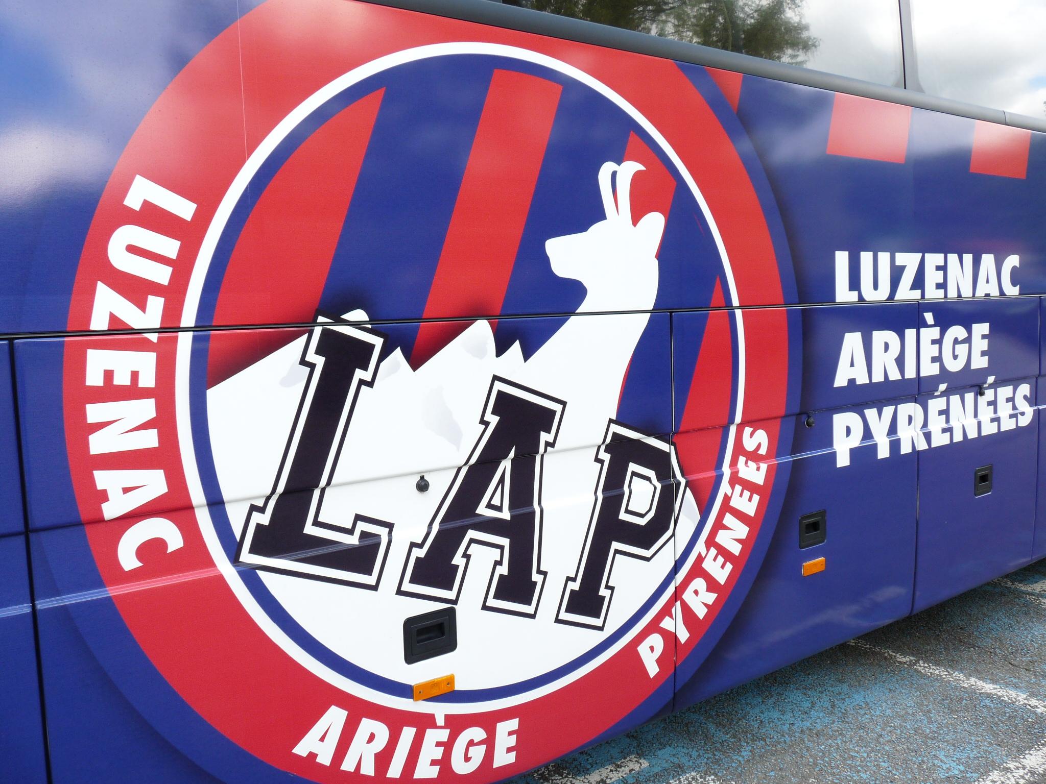 Le logo de Luzenac sur le bus du club