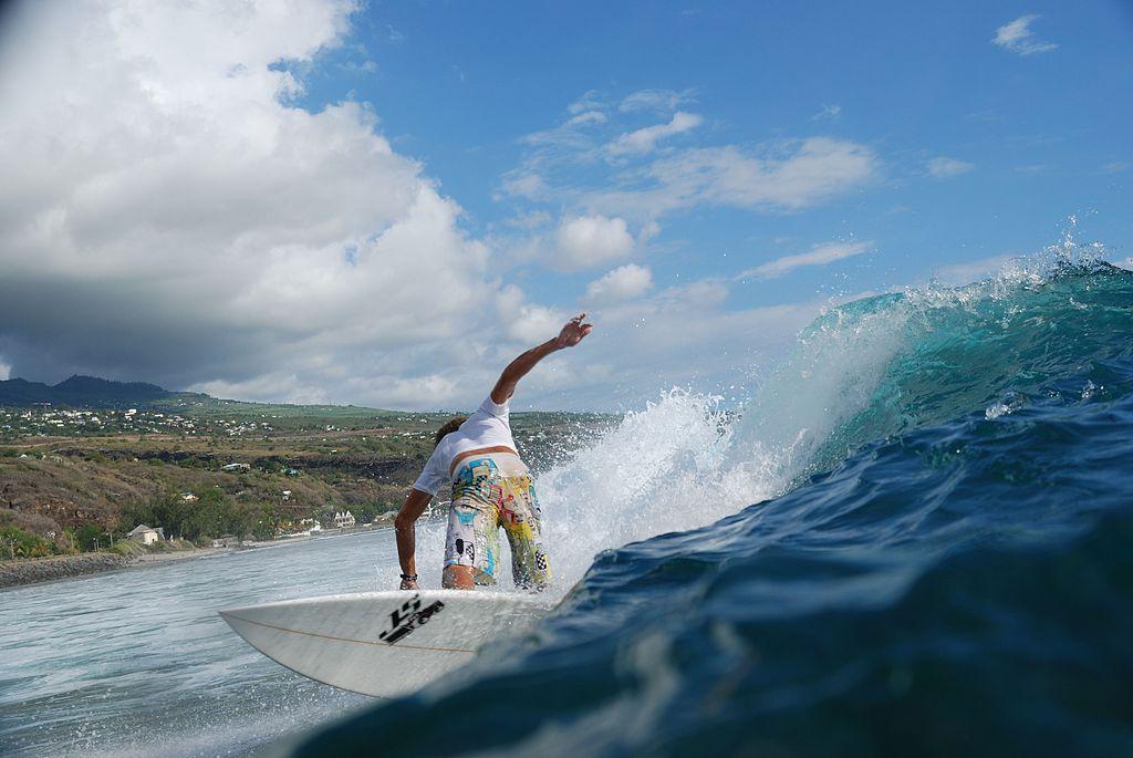 Surfeur sur la plage de Saint-Leu à La Réunion