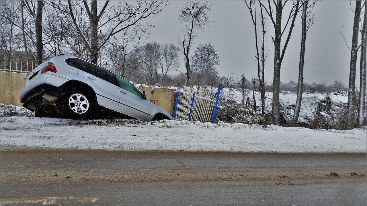 Voiture dans le fossé après un accident